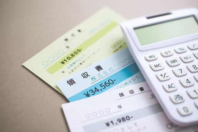 電卓と領収書の写真