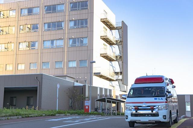 病院と救急車の写真