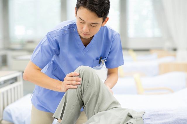 療法士が足を施術している様子